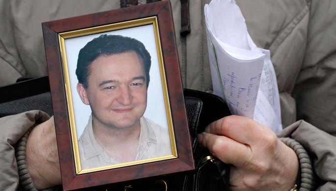 Портрет умершего в СИЗО юриста Сергея Магнитского в руках его матери Натальи во время интервью в Москве, 2009 год