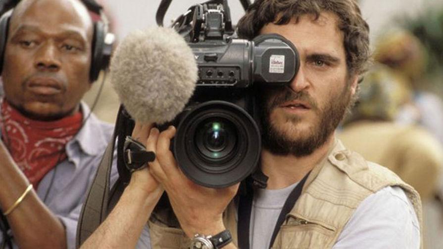 Актер Хоакин Феникс в роли журналиста Джека Далглиша. Кадр из фильма «Отель «Руанда» (2004)