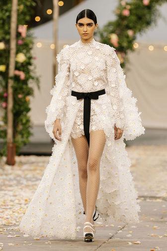 Платье из белых тканых маргариток со съемной юбкой, созданное Виржини Виар для Chanel