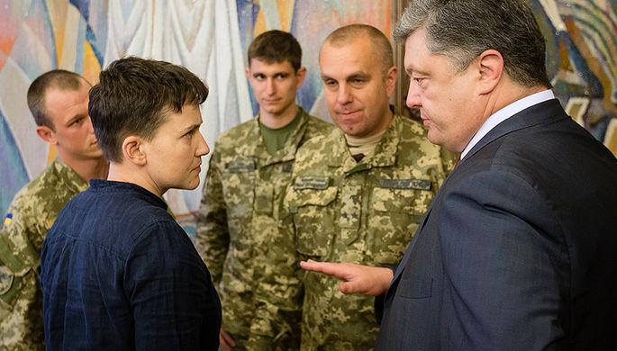 Президент Украины Петр Порошенко во время вручения Надежде Савченко ордена «Золотая звезда Героя Украины», май 2016 года