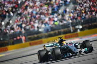 Гонщик команды «Мерседес» Льюис Хэмилтон принимает участие в квалификации на российском этапе чемпионата мира по кольцевым автогонкам в классе «Формула-1»