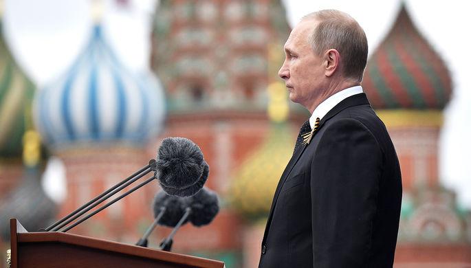 Владимир Путин выступает перед началом военного парада в ознаменование 72-й годовщины победы в...