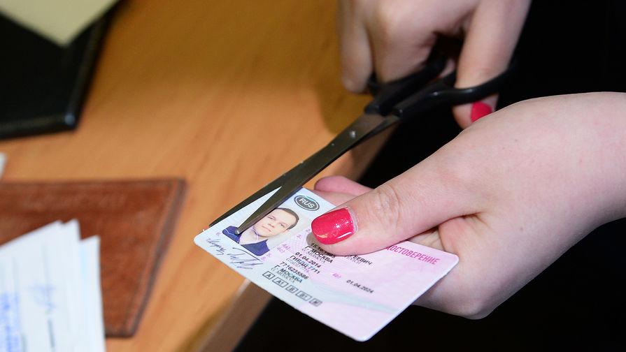 Кабмин одобрил повышение госпошлин на загранпаспорт и водительские права