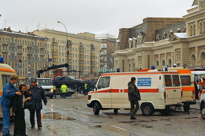 06 февраля 2004 года. Машины «скорой помощи» дежурят около московского метро, где в одном из вагонов поезда во время движения от станции «Автозаводской» к станции «Павелецкая» прогремел взрыв