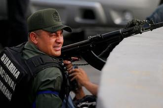 Военнослужащий, поддержавший лидера оппозиции Венесуэлы Хуана Гуайдо, во время демонстрации около авиабазы в Каракасе, 30 апреля 2019 года