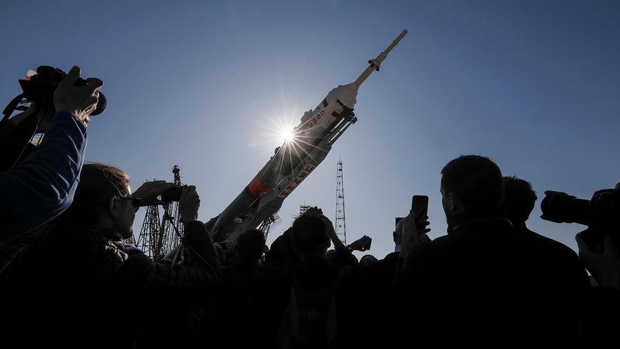 Ракета-носитель «Союз-ФГ» с пилотируемым кораблем «Союз МС-15» во время установки на стартовом комплексе «Гагаринский старт» космодрома Байконур, 22 сентября 2019 года
