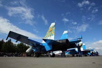 Многоцелевые истребители Су-27 пилотажной группы «Русские витязи» перед началом выступления на праздничных мероприятиях, посвященных 25-летию создания двух авиационных групп высшего пилотажа — «Стрижи» и «Русские витязи», в Центре показа авиационной техники (ЦПАТ) в подмосковной Кубинке, 21 мая 2016 года