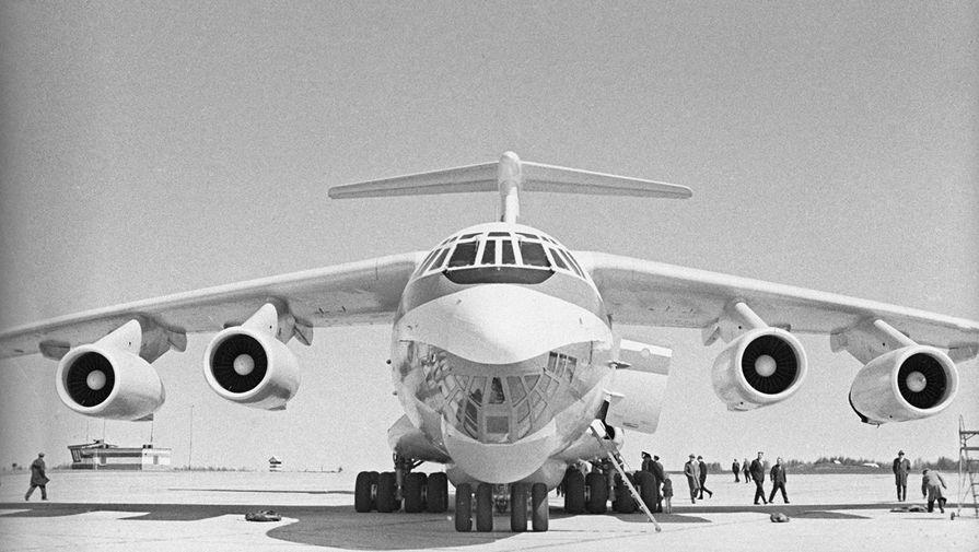 Транспортно-грузовой самолет Ил-76, разработанный в ОКБ Ильюшина, 1971 год