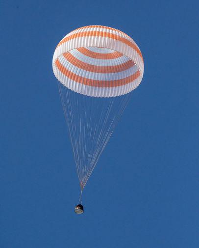 Космический корабль «Союз МС-17» с членами экипажа МКС во время приземления в степи Казахстана, 17 апреля 2021 года
