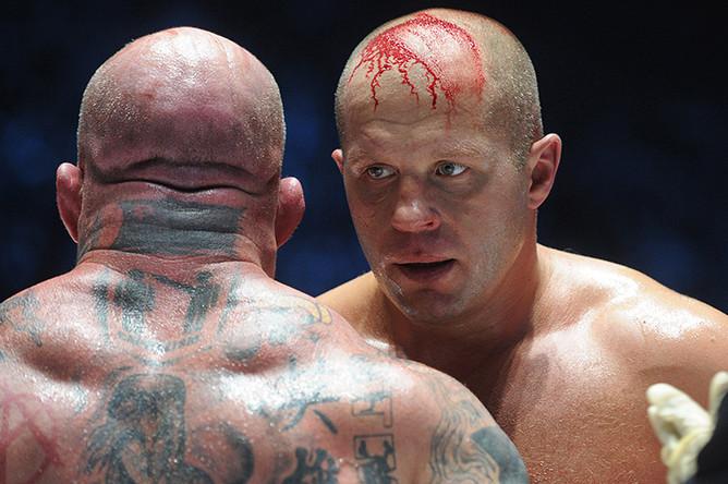 Федор Емельяненко и американец Джефф Монсон (справа налево) во время боя в рамках турнира M-1 Global «Битва легенд», 2011 год