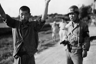 Служащий военной полиции Южной Кореи с северокорейским заключенным, 1950 год