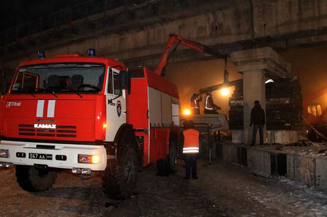 Работы по ликвидации последствий подрыва неизвестными лицами железнодорожного моста через объездную автомобильную дорогу Славянск-Донецк-Мариуполь