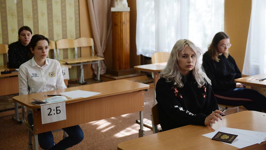 Школьники перед началом сдачи ЕГЭ в школе № 208 в Екатеринбурге, 3 июля 2020 года