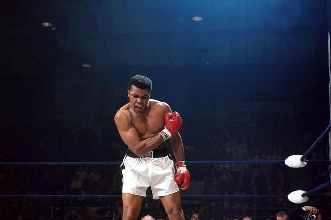 The phantom punch — спортивная фотография века (по версии Sports Illustrated). Во втором бое Али нокаутировал Сонни Листона