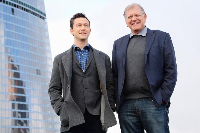 Режиссер Роберт Земекис (справа) и актер Джозеф Гордон-Левитт во время фотоколла на крыше комплекса «Империя» в деловом центре «Москва-Сити»