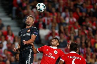 Благодаря Василию Березуцкому (слева) и Ко Россия еще немного оторвалась от Португалии в таблице коэффициентов УЕФА