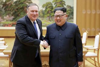 Госсекретарь США Майк Помпео во время встречи с высшим руководителем КНДР Ким Чен Ыном, 9 мая 2018 года