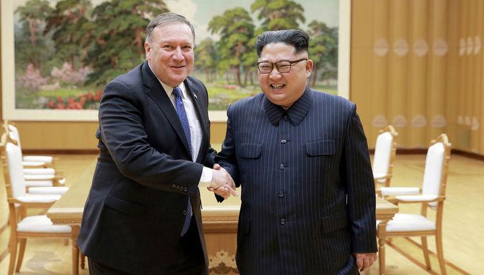 Госсекретарь США Майк Помпео во время встречи с высшим руководителем КНДР Ким Чен Ыном, 9 мая 2018...