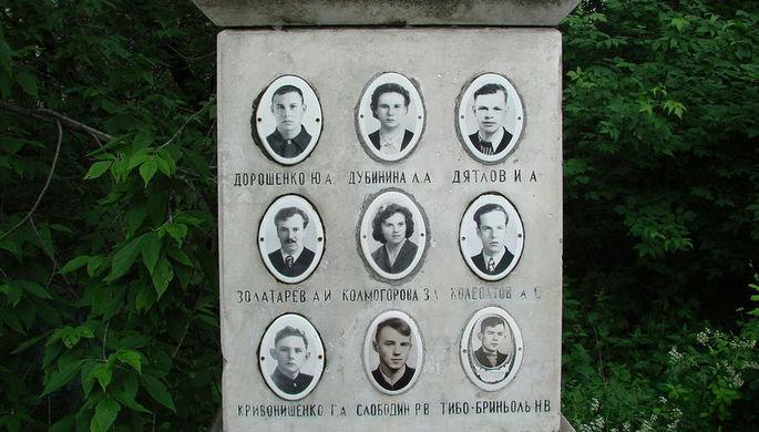 Фото членов тургруппы на памятнике. Инициалы и фамилия Золотарева выбиты с ошибками