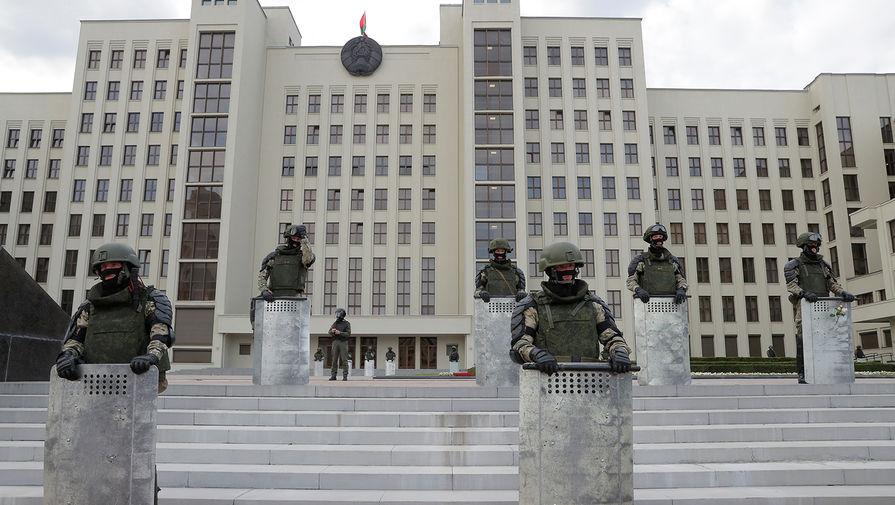 Белорусские силовики около Дома правительства в Минске во время шестого дня акций протеста, 14 августа 2020 года