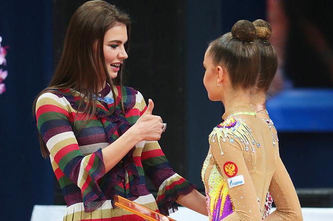 Алина Кабаева и российские гимнастки Александра Солдатова и Арина Аверина на первом этапе Гран-при по художественной гимнастике в Москве, 2016 год