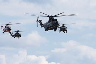 Второй день работы авиасалона МАКС-2017 в подмосковном Жуковском, 19 июля 2017 года. Слева направо: средний многоцелевой вертолет Ми-38-2, многоцелевой ударный вертолет Ми-35М, тяжелый многоцелевой транспортный вертолет Ми-26 и транспортный вертолет Ми-171