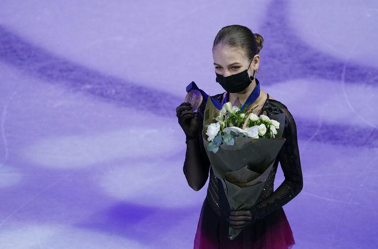 Александра Трусова со своей бронзовой медалью во время церемонии награждения, 26 марта 2021 года