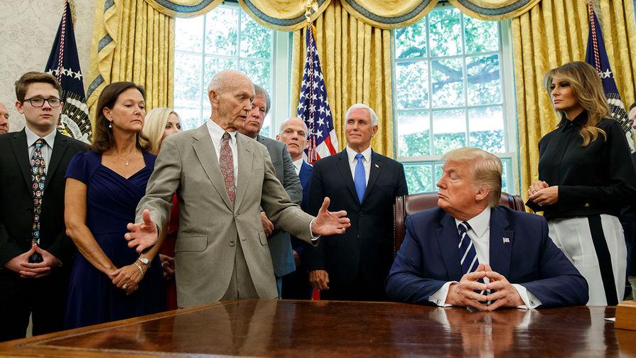 Майкл Коллинз (третий слева) в кабинете бывшего президента США Дональда Трампа, 19 июля 2019 года