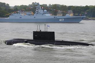Дизель-электрическая подводная лодка «Выборг» проекта 877 «Палтус» и многоцелевой фрегат дальней морской зоны «Адмирал флота Советского Союза Горшков» на генеральной репетиции парада кораблей ко Дню Военно-морского флота РФ в Балтийске, 2015 год
