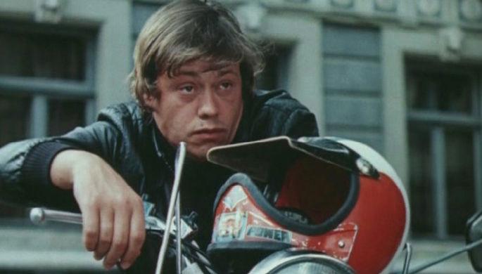 В кино Караченцов играл с конца 1960-х, в 1975-м стал известен после мелодрамы «Старший сын», а в 1979-м его полюбили все — после роли гангстера Урри, пытающегося украсть новейшие советские разработки, в фильме «Приключения Электроника»