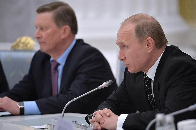 Руководитель администрации президента Сергей Иванов и президент России Владимир Путин (слева направо) на встрече с представителями крупного бизнеса в Кремле