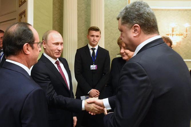 Владимир Путин обменялся рукопожатием с Петром Порошенко во время встречи в Минске