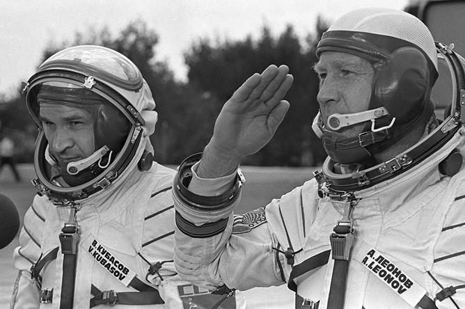 Члены экипажа космического корабля «Союз-19» Алексей Леонов и Валерий Кубасов (слева) докладывают о готовности к полету