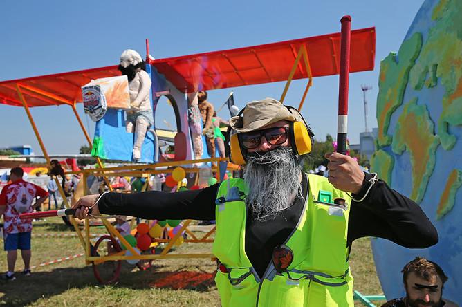 Участник чемпионата самодельных летательных аппаратов Red Bull Flugtag в Крылатском