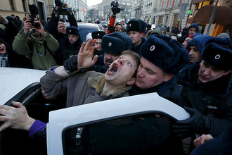 Правоохранители задерживают валютных ипотечников, которые проводят не согласованную с властями акцию у здания Центробанка на Неглинной улице