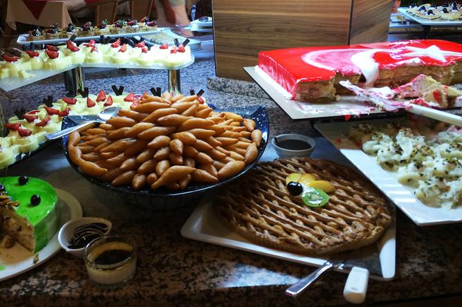 Восточные сладости в кафе одного из отелей Антальи