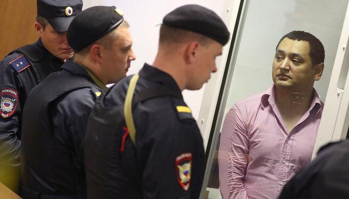 Один из членов банды GTA Хазратхон Додохонов (справа) во время оглашения приговора пятерым членам банды GTA, обвиняемых в убийствах и бандитизме, в Московском областном суде, 9 августа 2018 года