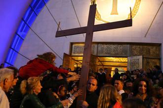 Верующие около Собора Воскресения Христова в Тиране, 2016 год