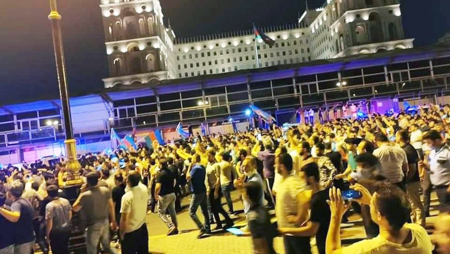 «Дайте оружие»: азербайджанцы митингуют в поддержку армии