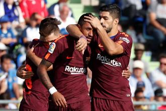 Футболисты «Барселоны» поздравляют одноклубника Паулиньо с победным голом в матче против «Хетафе»
