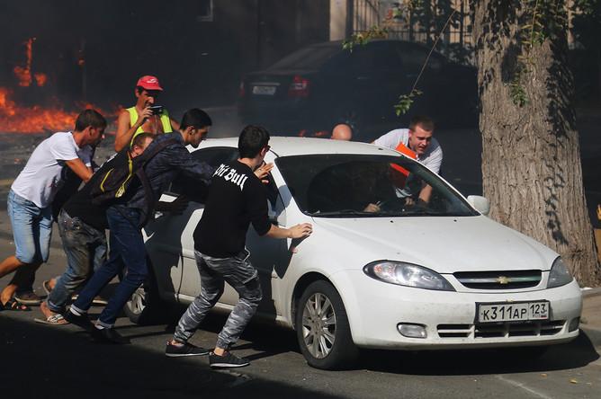 Эвакуация автомобиля от места пожара в десятиэтажном здании в центре Ростова-на-Дону, 21 сентября 2017 года