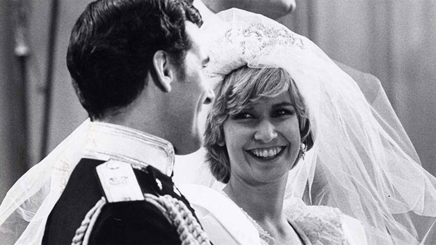 Актриса Кэролин Блисс в фильме «Чарльз и Диана: Королевская история любви» (1982). Картина вышла всего через год после свадьбы принца Чарльза и принцессы Дианы в Вестминстерском аббатстве. Для Кэролин Блисс это был экранный дебют. Роль Чарльза исполнил Дэвид Робб. Фильм стал 28-м в списке самых просматриваемых шоу в Америке за неделю.