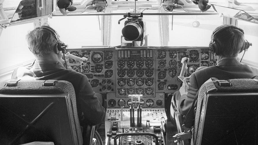 В кабине пилота транспортно-грузового самолета Ил-76, 1971 год