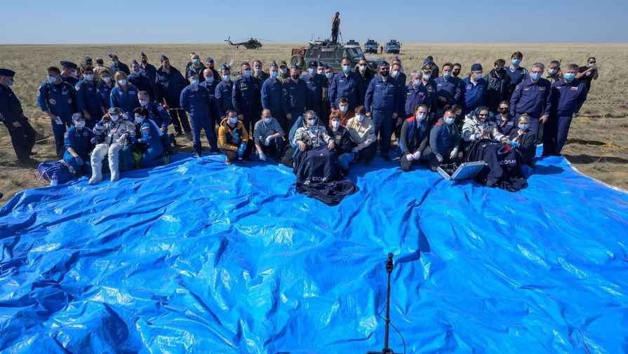 Члены экипажа Международной космической станции (МКС) Сергей Рыжиков, Сергей Кудь-Сверчков и Кэтлин Рубинс после приземления казахстанской степи, 17 апреля 2021 года