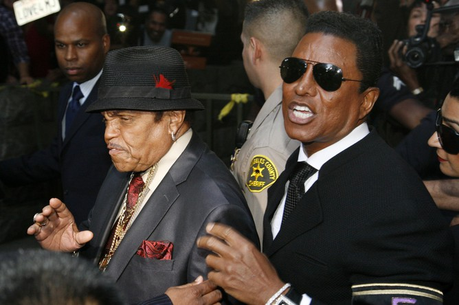 Отец и брат певца Джо Джексон и Джермен Джексон покидают здание суда.