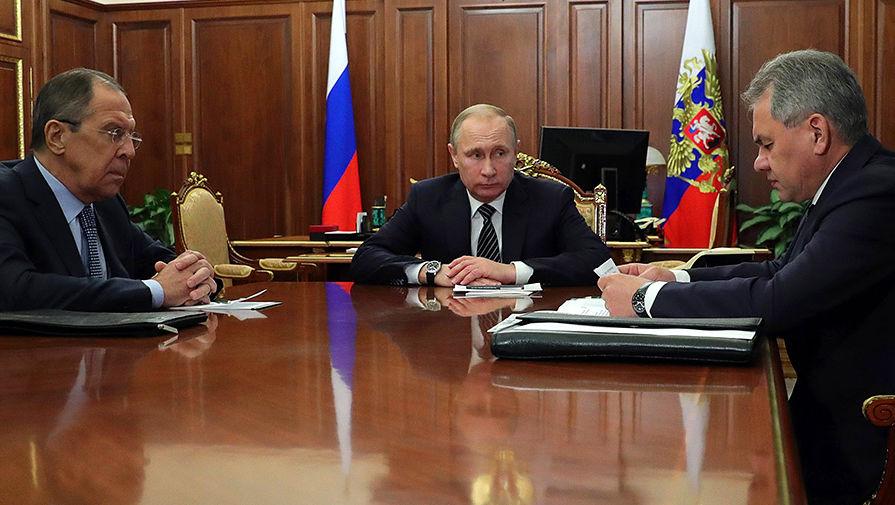 Министр иностранных дел Сергей Лавров, президент Владимир Путин и министр обороны Сергей Шойгу во время встречи в Кремле, 29 декабря 2016 года