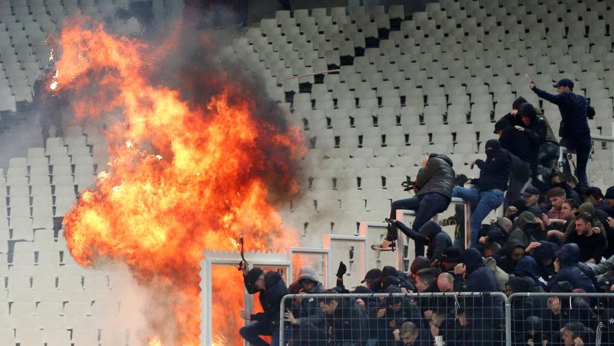 Пожар на секторе фанатов «Аякса» в Греции после броска факела и коктейля Молотова