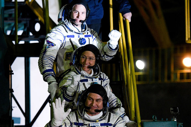 Российский космонавт Алексей Овчинин и астронавты NASA Ник Хейг и Кристина Кох перед стартом ракеты-носителя «Союз-ФГ» с пилотируемым кораблем «Союз МС-12» с космодрома Байконур к МКС, 14 марта 2019 года