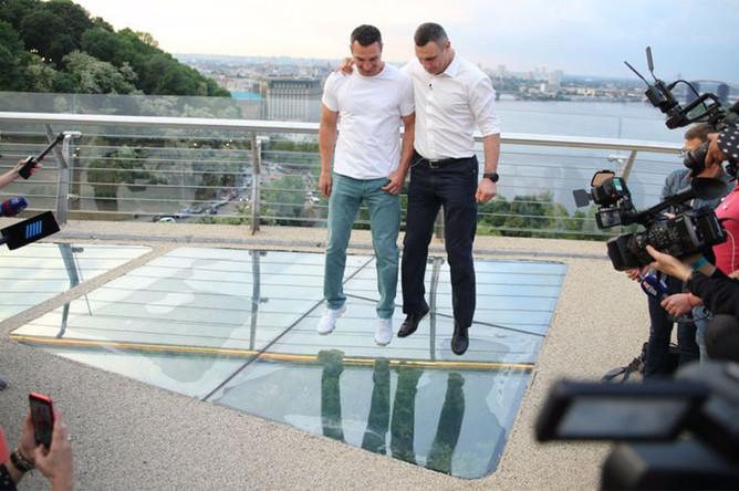 Мэр Киева Виталий Кличко и его брат Владимир во время торжественного открытия нового моста в Киеве, 25 мая 2019 года