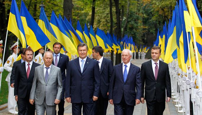 Президент Украины Виктор Янукович (в центре) во время празднования Дня независимости Украины 24 августа 2013 года